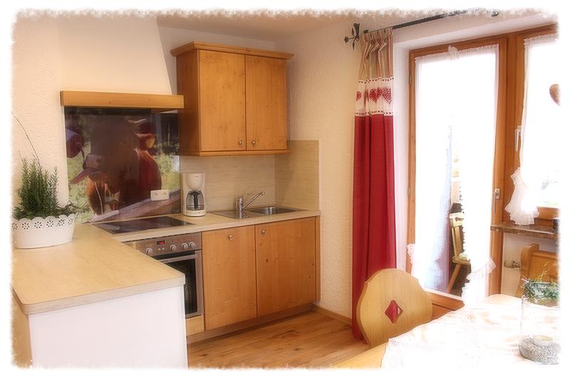 fernseher in der kche grau und hlzerne wohnzimmer interieur mit einen holzboden einen fernseher. Black Bedroom Furniture Sets. Home Design Ideas
